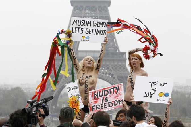 Il movimento nato in Ucraina ha protestato (in topless come sempre) al Trocadero, davanti alla Tour Eiffel (Reuters)
