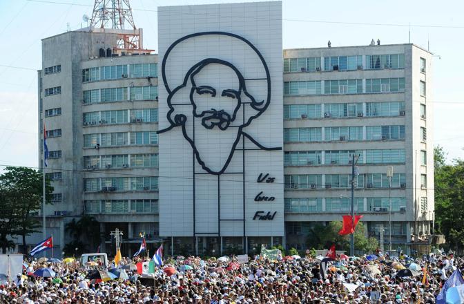 La folla sotto il ritratto di Camilo Cienfuegos, eroe della rivoluzione cubana (Ansa/Ferrari)