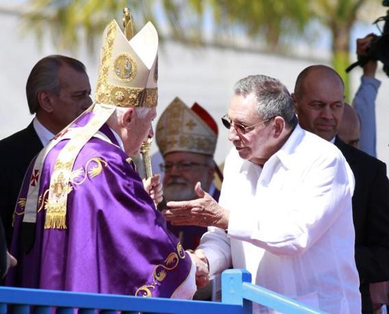 Benedetto XVI e Raul Castro dopo la celebrazione della messa in Plaza de la Revolucion (Reuters/Rogers)