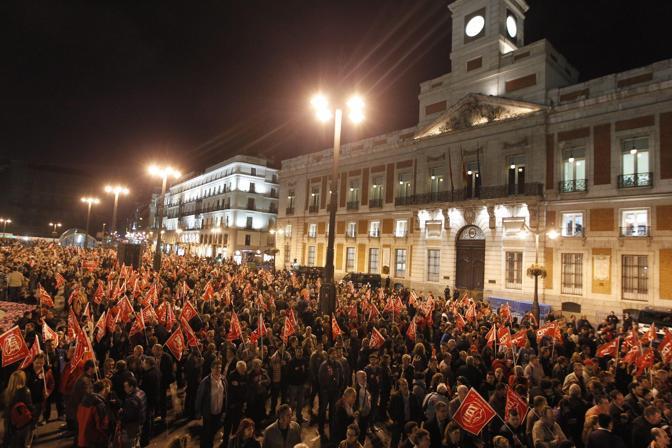 Picchetti alla Porta del Sole a Madrid (Epa/Manuel de Leon)