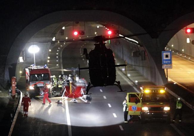 Un pullman con a bordo due scolaresche belghe si e' schiantato contro il muro di un tunnel a Sierre in Svizzera. In tutto 28 morti e 24 feriti, tra cui 22 bambini (Reuters)