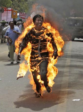 lesule tibetano  da fuoco  protesta
