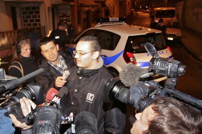 Vicini del sospetto parlano con i giornalisti (Reuters/Pascal Parrot)