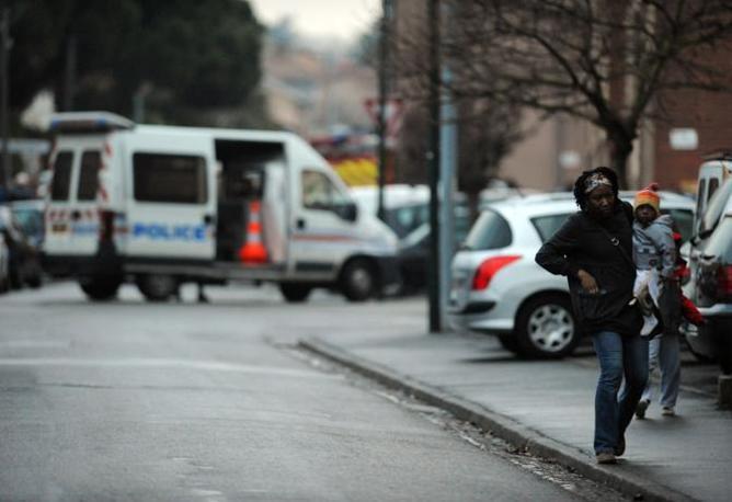 Vicini del sospetto si allontanano dal condominio (Afp/Rémy Gabalda)