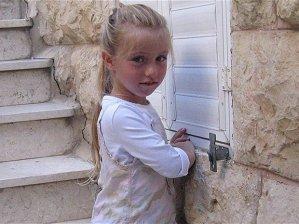 Miriam Monsonego, 7 anni, figlia del direttore del liceo ebraico di Tolosa. È morta lunedì 19 marzo, l'assassino l'ha rincorsa dentro il cortile della scuola freddandola con un colpo alla testa. Dei delitti si è accusato Mohammed Merah, un franco algerino di 24 anni che si dichiara affiliato ad Al Qaeda