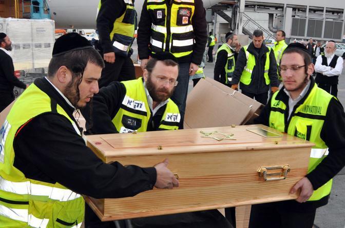 Israele, una delle tre piccole vittime si prepara per l'ultimo viaggio (Afp/Shuki Lerer)
