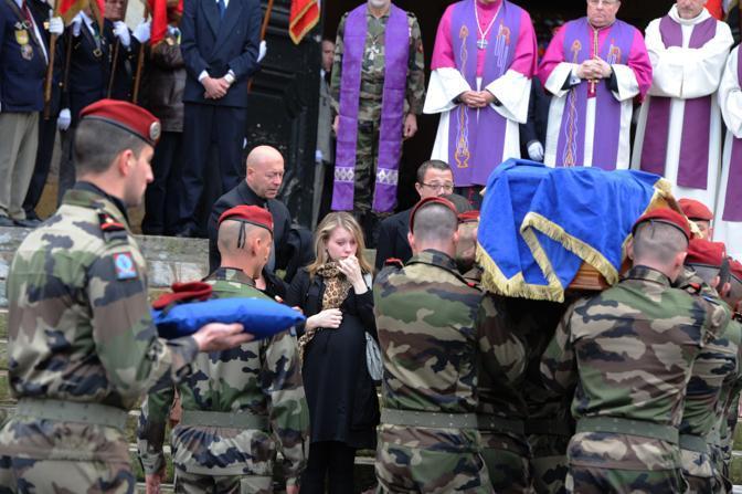 Il momento dell'addio ad Abel Chennouf. La signora bionda sulla sinistra, affranta, era la sua compagna: stavano per avere il loro primo figlio (Afp/Pascal Pavani)
