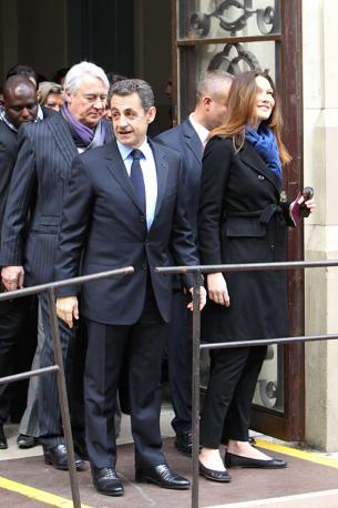 Carla Bruni con il marito, presidente Sarkozy (AFP)