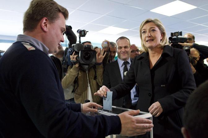 Marine Le Pen esce dal seggio (Ian Langsdon/EPA)