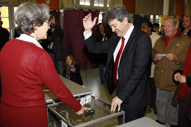 Jean-Luc Melenchon, candidato della sinistra esce dal seggio (EPA)