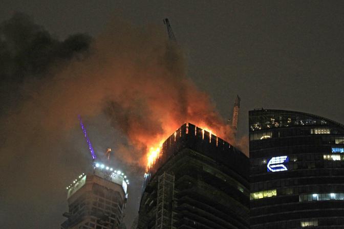 Incendio sulla Torre della Federazione a Moscow City: i vigili del fuoco sono riusciti ad usare anche i tubi aumentando l'efficacia dei getti d'acqua contro le fiamme che, alimentate dal forte vento, si erano sviluppate rapidamente in un'area di oltre 300 metri quadri (AP/ Ponomarev)
