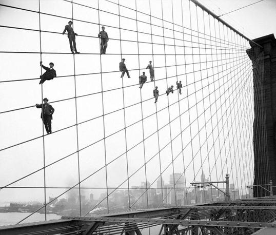 Imbiachini a lavoro sul ponte di Brooklyn (Ap, archivio municipale di New York City, Eugene de Salignac)