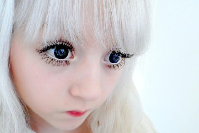 Venus Palermo, la living doll inglese di 15 anni che già vanta 20mila follower su Twitter e 30mila iscritti al suo canale YouTube