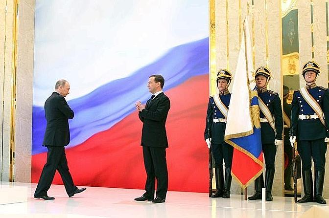 Vladimir Putin alla cerimonia di insediamento alla presidenza della Russia con Dmitry Medvedev (Olycom)