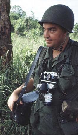 Il fotografo Horst Faas in missione durante la guerra del Vietnam (Reuters)