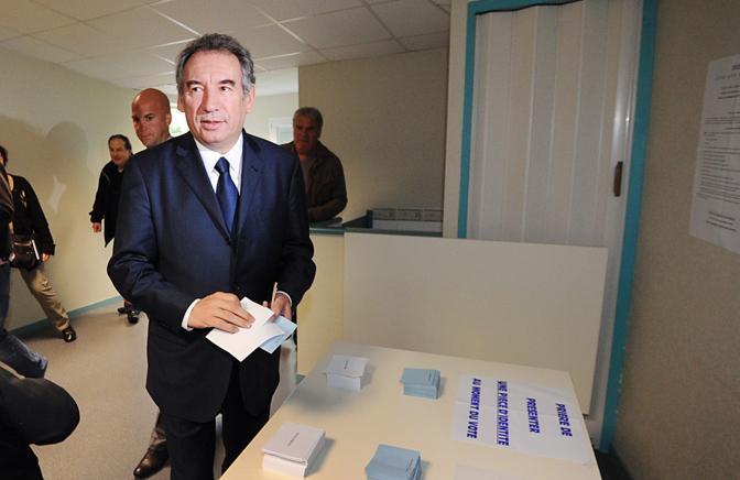 François Bayrou, leader del Movimento democratico MoDem, vota a Pau (Afp)