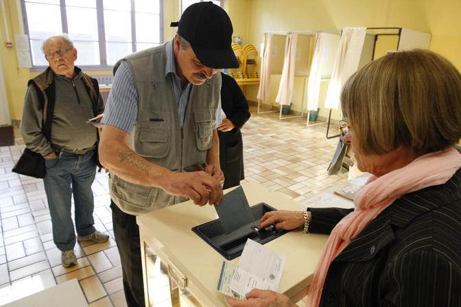 Un seggio a Villeurbanne (Reuters)