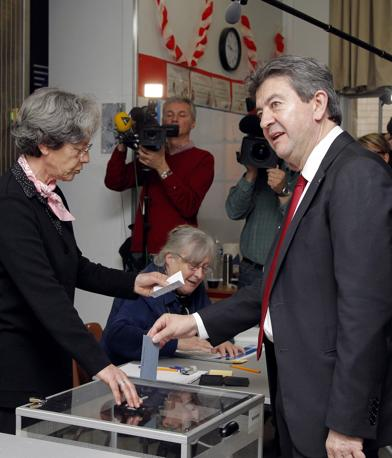 Jean-Luc Mélenchon, leader del Fronte della sinistra, vota a Parigi (Afp)