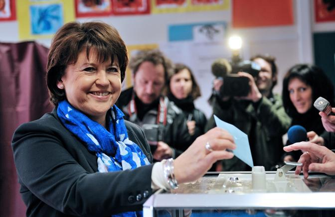 Martine Aubry, nota esponente del Partito Socialista, vota a Lille (Afp)