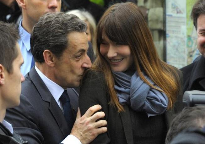 Sarkozy e Carla Bruni all'uscita del seggio a Parigi (Reuters)