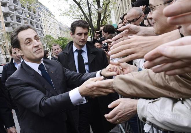 Sarkozy con i sostenitori (Afp)