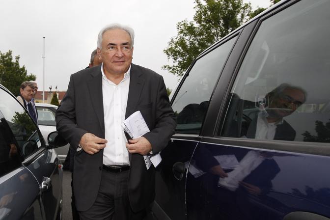 Dominique Strauss-Kahn, già candidato per il Partito Socialista alle presidenziali prima dello scandalo della presunta violenza sessuale contro una cameriera a New York (accuse rivelatesi infondate e quindi archiviate), si reca al seggio a Sarcelles (Reuters)