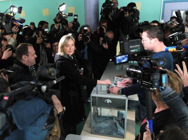 Marine Le Pen, già candidata per il Fronte Nazionale, vota a Henin-Beaumont (Afp)