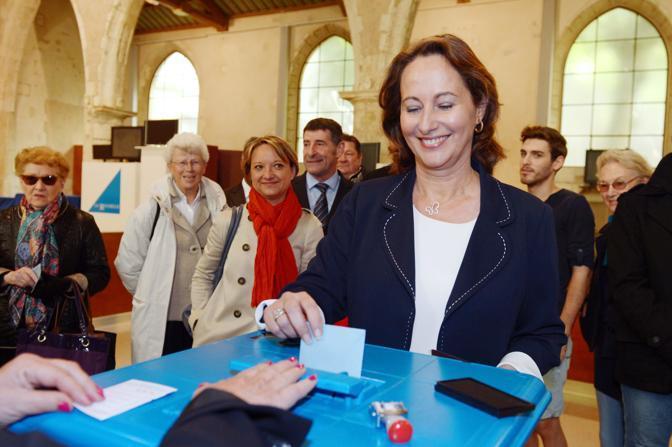 Ségolène Royal, esponente del Partito Socialista ed ex compagna di Hollande, vota a La Rochelle (Afp)