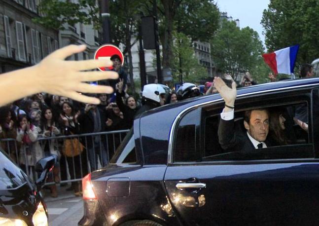 Sarkozy arriva con Carla Bruni alla Mutualite meeting hall per il suo discorso d'addio (Afp/Demarthon)
