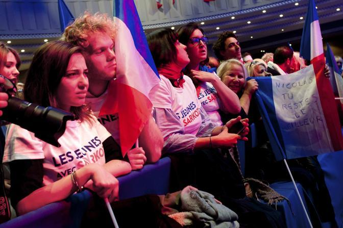 E' visibile sui volti dei giovani sostenitori di Sarkozy la disfatta (Reuters/Muguet)