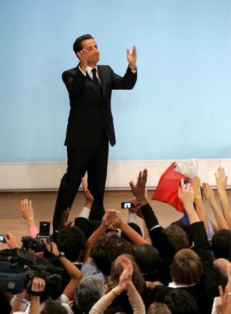 Sul palco Sarkozy ringrazia i suoi sostenitori (Ansa-Epa/Karaba)