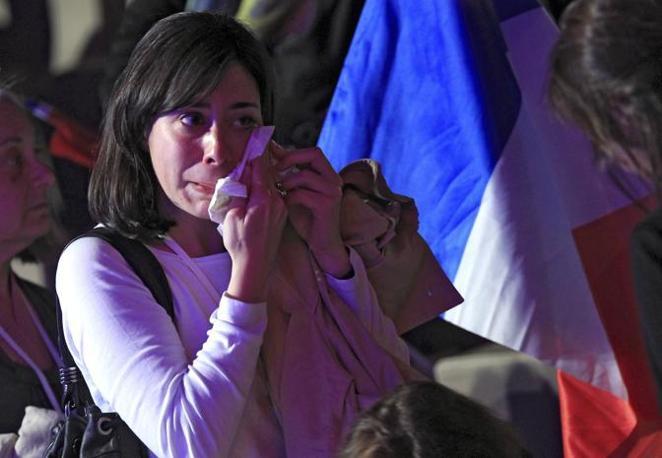 Commossi anche i suoi sostenitori che ascoltano il suo discorso post-elezioni (Reuters/Herman)