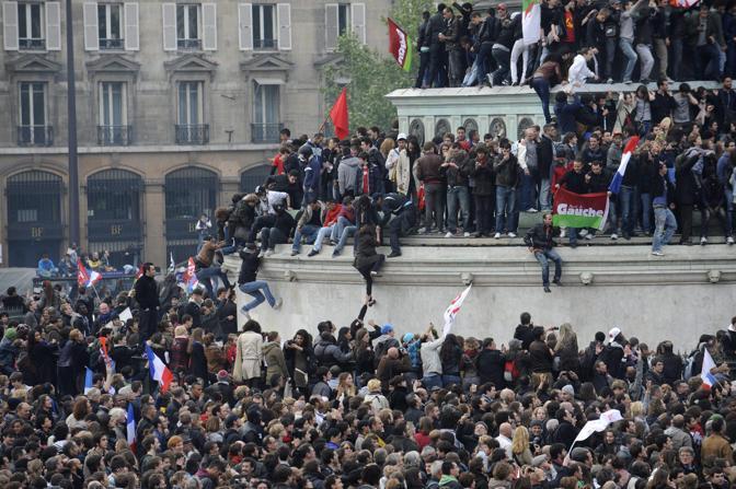 Un urlo di gioia è esploso con uno sventolare di bandiere in place de la Bastille quando è stato dato l'annuncio della vittoria di Francois Hollande alla presidenza della Repubblica francese (Epa/Valat)