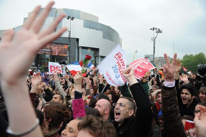 Su un maxi schermo è passato il discorso del presidente uscente Nicolas Sarkozy che è stato fortemente fischiato dalla folla (Afp/Fife)