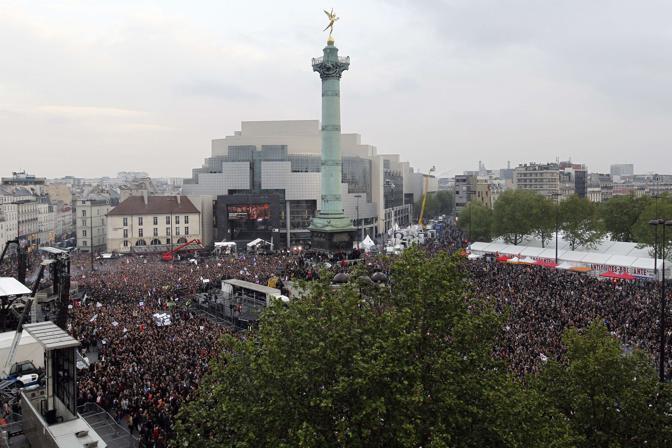 Oltre duemila persone si sono raccolte in piazza della Bastiglia per la festa del Partito socialista (Afp/Samson)