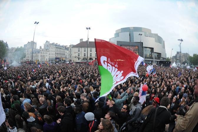 Nella piazza della festa socialista, anche molti sostenitori del candidato di estrema sinistra Jean Luc Melenchon (Afp/Fife)