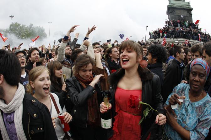 In piazza ci sono anche banchetti con salsicce grigliate e venditori ambulanti di bottiglie di Champagne (Afp/Guillot)