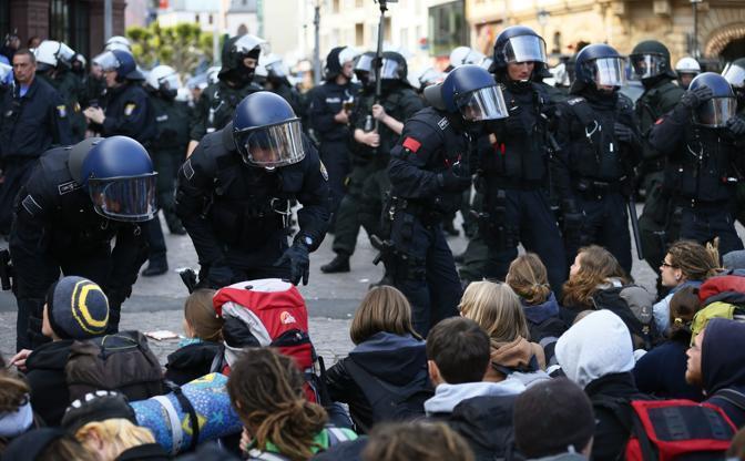 Manifestazioni a Francoforte contro le politiche di austerità della Bce. Giovani da tutta Europa sono arrivati in Germania per prendere parte alle mobilitazioni (Reuters)