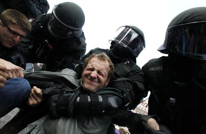 Ma nella giornata di giovedì almeno 150 persone (tra cui 80 italiani) sono state fermate perché si sono rifiutate di firmare il foglio di via dalla città (Reuters)