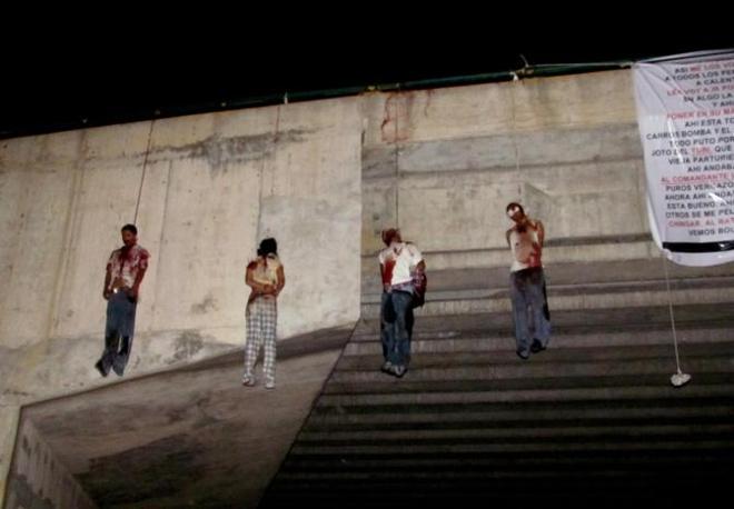 Quattro dei nove corpi trovati impiccati a un ponte nella città di Nuevo Laredo in Messico , al confine con il Texas (Afp/Llamas)