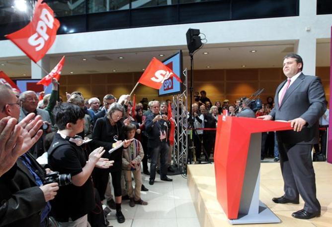 Sigmar Gabriel, portavoce della Spd, commenta i risultati che vedono i socialisti trionfare nel principale land tedesco (Epa)