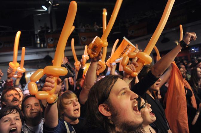 La festa dei supporter dei Pirati (che hanno ottenuto il 7,5%) a Dusseldorf (Epa)