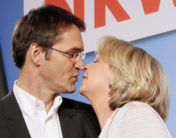 Hannelore Kraft bacia suo marito dopo la vittoria (Reuters)