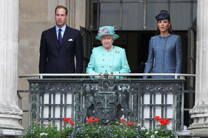 Kate e William hanno accompagnato la regina Elisabetta durante il tour per il Giubileo di diamante nella tappa di Nottingham. Qui li vediamo affacciati dal balcone del municipio per salutare la folla. I due principini si sono poi dedicati al lancio di missili giocattolo (Olycom)