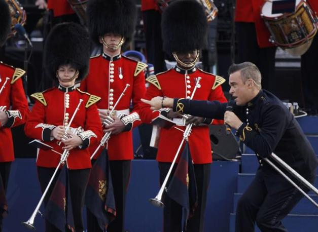 Robbie Williams si � esibito con la Band of the Welsh Guards , dell'esercito britannico (Reuters)
