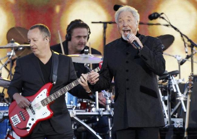 Anche Tom Jones sul palco del Giubileo di Diamante a Londra (Reuters)