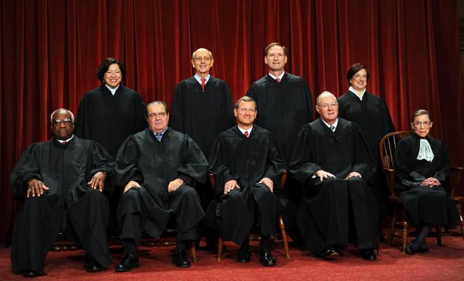 I nove giudici della Corte Suprema, che ha deciso con un margine minimo, 5-4, per la costituzionalità della legge (Afp)