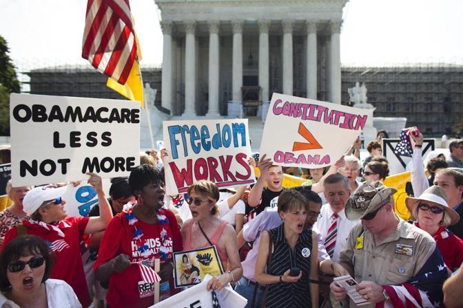 «Obamacare è meno, non di più», «La libertà funziona», «Costituzione maggiore di Obama» (Epa)