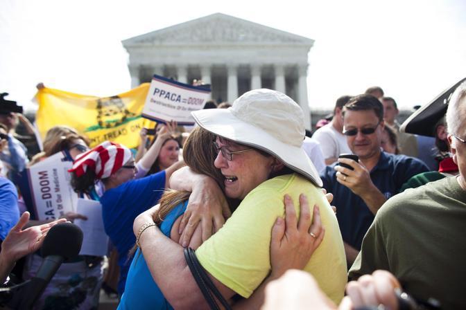 La delusione degli oppositori alla conferma, da parte della Corte Suprema degli Stati uniti, della costituzionalità della riforma sanitaria (Epa)