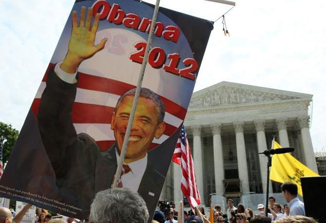 Sostenitori di Barack Obama a Washington, davanti alla Corte Suprema, in attesa della decisione sulla riforma della Sanità (Afp)